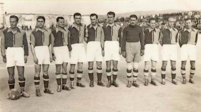 Galip Haktanır 1941'de Galatasaray formasıyla Şeref Stadında (sağ başta)