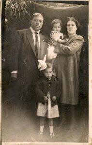 Bebeklik resmim, rahmetli babam, ablam ve annemin kucağında ben. Yıl 1943.