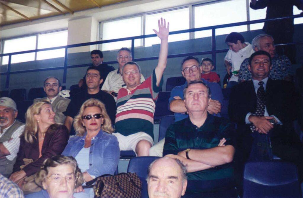 Iraklis maçında tribün – önden 2. Sıra en sağdaki Faruk Perkin, önden 3.sıra Fırat Tekin, ben, Levent Tumlu, en sağda Süleyman Sarı, en üst sıra Deniz ve Oya Özkardaş, Yavuz Şeremetoğlu