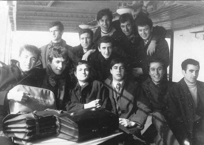 Muhtemelen Kadıköy Halk Eğitim'deki bir maçtan dönüşte, vapurda, 1968. Ön sıra soldan : Mustafa Asparuk DŞ '69, Necip Özden Uz 68, Atilla Engin 68, Bülent Odabaşı 68, Ökkeş Bilal 68, Turgut Arıkan 69, arka sıra : Nedim Müftüoğlu 68, Recep Özsoy 69, Erol Tüfekçioğlu 69, Erol'un hemen üzerinde, Mahir Süer 70, Nihat Avcıer 69, İzzet Durukan 70.