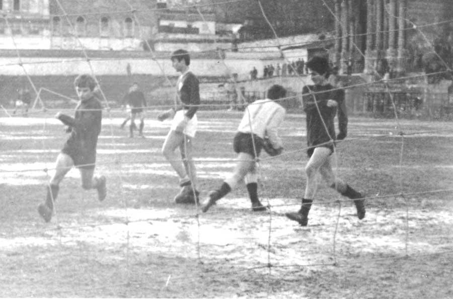 1.Foto: 1972 yılında Şeref Stadı'ndaki bir okul maçında, Yalçın Ceylani ile birlikte başarısız bir gol girişimimiz.