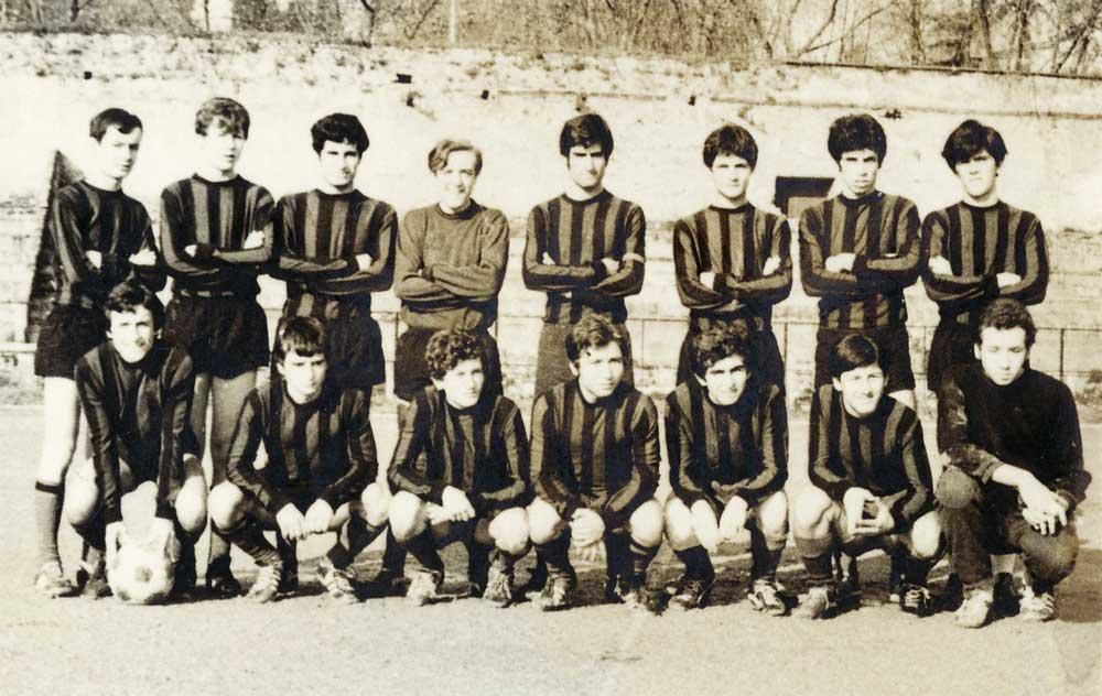1972 Okul Futbol Takımımız (Yedeklerle birlikte, hatırlayabildiklerim): Ayaktakiler: (Soldan sağa)M.Ali Ünal, Nejat Olgun, Eyüp Karteper, Ümit Kıvman, Yalçın Ceylani, Eşref Biryıldız, (Rahmetli) Fethi Pirlepeli Oturanlar: (Soldan sağa) Cemail Baykuş, Ben, (Rahmetli) Doğu Hüyük, Halil Gökçeoğlu, (56) Hikmet Karaca, Ömer Pesen