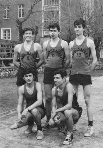 Ortaokul basket takımı. Yıl 69/70, yer malum. Ayaktakiler Fahri Pakna, Seyfi Öngider, Nurettin Elhüseyni; oturanlar Cem Güleçyüz, Selahattin Kayalar.