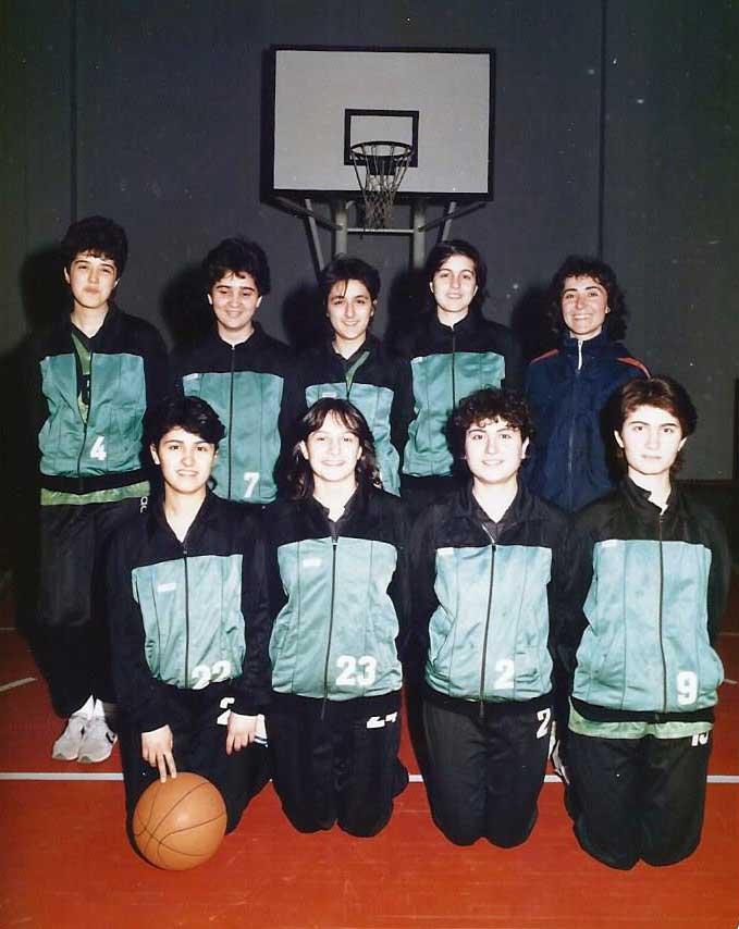 Okul takımımız, Lise 3'deyim. Soldan sağa, ayaktakiler : Pınar Göbek, Gamze Sennur İşçi, Bilge Acar, Nevin Yavuz, beden eğitimi öğretmenimiz Mehtap hoca. Öndekiler : Feza Ökten Koca, Pelin Ersoy Bayraktar, Ayşegül Şahinbaş, Ayten Kılınç. 1987