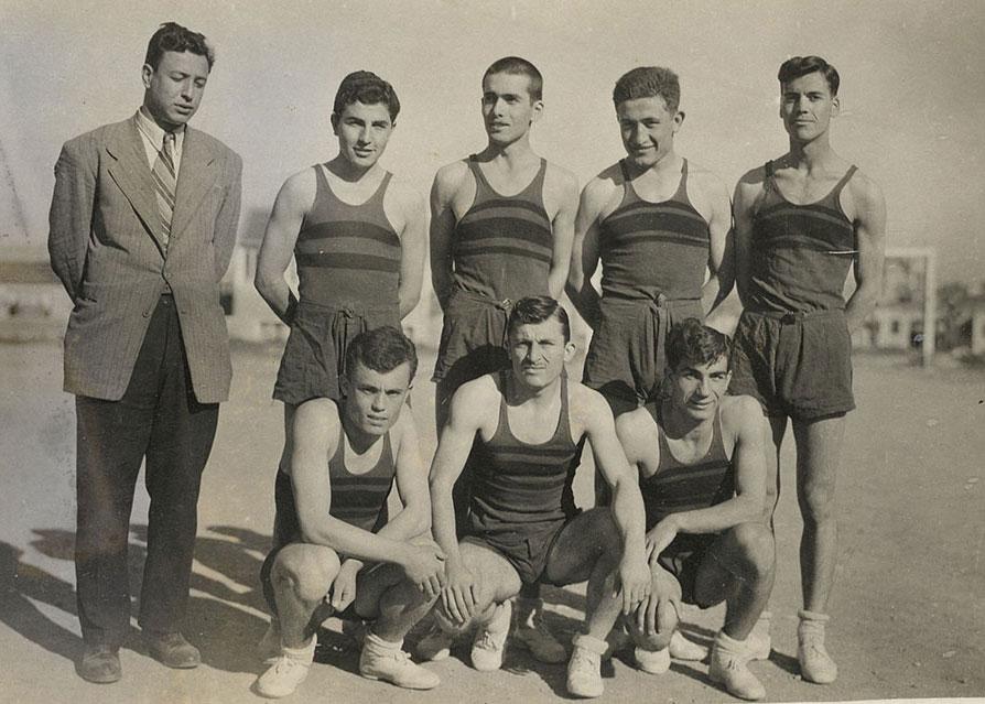 Lise basketbol takımı 1951. Ayakta (soldan) Cemalettin Pekol, Aydın Topçuoğlu, Niyazi Turan, Raci Tetik, Turhan Yıldırım Ağan. Oturanlar: Tufan Subaşı, Zahit Öcal, Turhan Tunalı