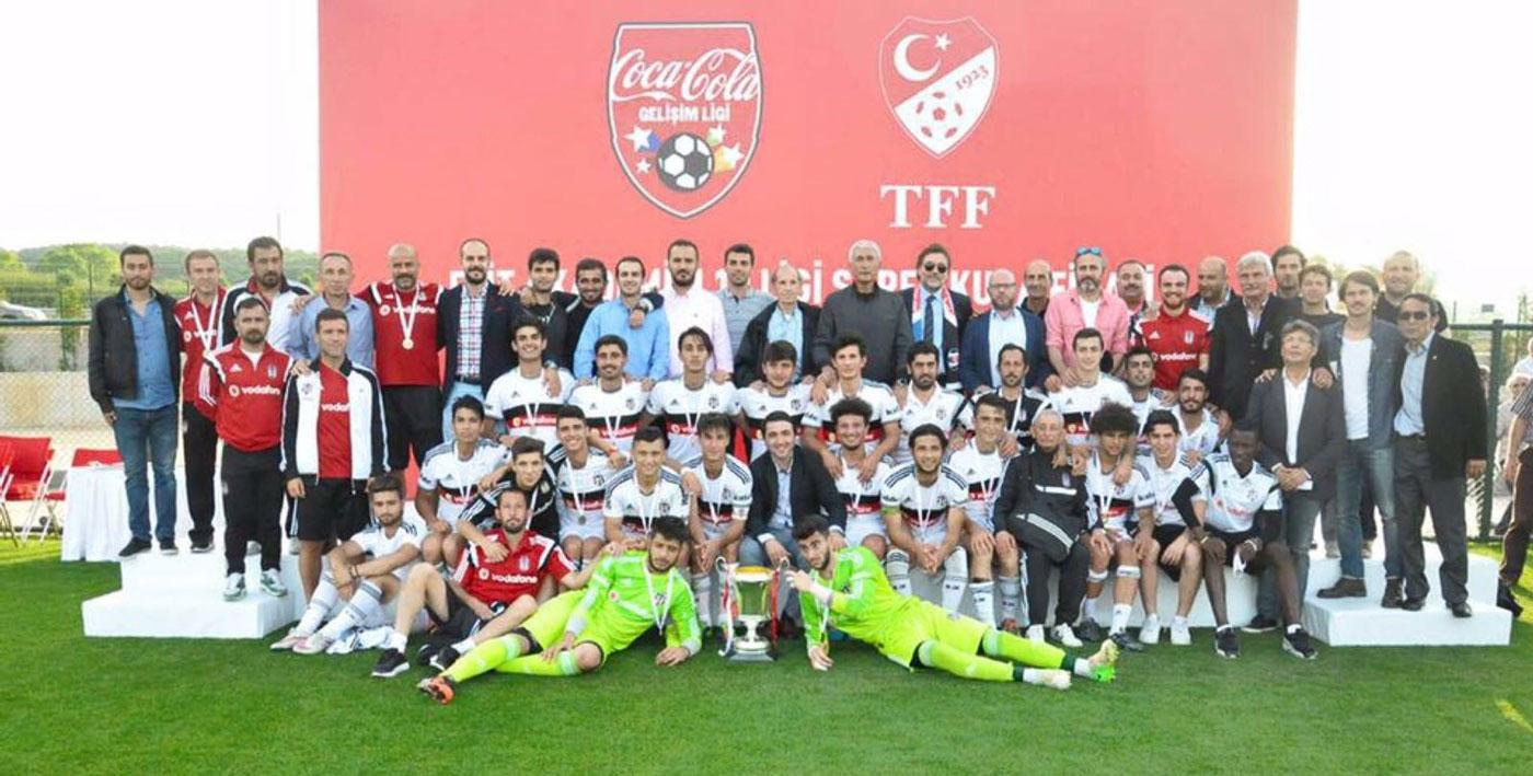 Beşiktaş altyapısı – Emrah Bayraktar (Üçüncü sıra soldan yedinci)