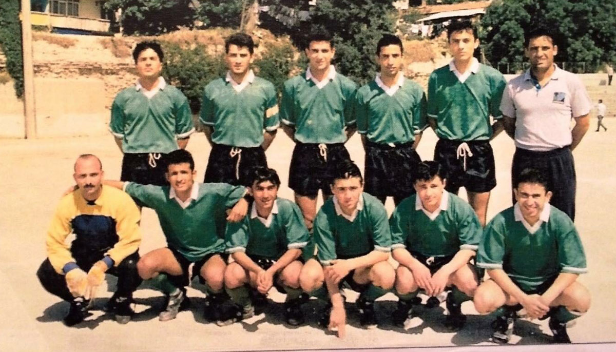1993 yılı Darüşşafaka amatör Futbol Takımı – Emrah Bayraktar (Alt grup sağdan üçüncü). Sağ başta ayakta Müslüm Kemal Gülhan.
