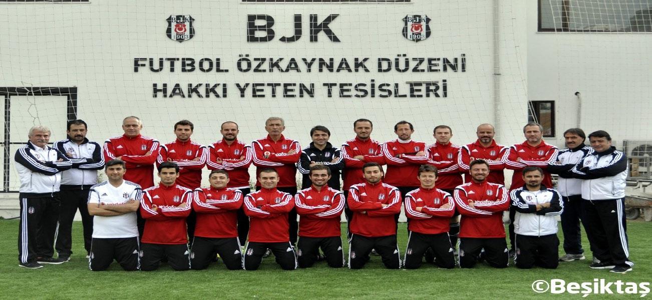 2014 yılı, Beşiktaş JK Futbol Altyapı Teknik Kadro. Emrah Bayraktar ayakta ortada siyah eşofmanlı. Fulya